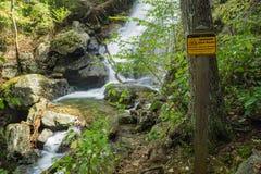 Einer der vielen gefährlichen Wasserfälle durch die Crabtree-Fall-Spur stockbild