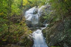 Einer der vielen schönen Kaskadenwasserfälle durch die Crabtree-Fall-Spur lizenzfreies stockfoto