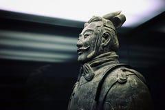 einer der vielen Terrakottasoldaten an der berühmten chinesischen archäologischen Fundstätte stockfotografie