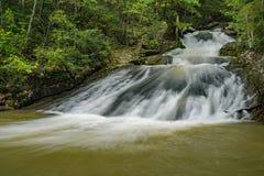 Einer der vielen Wasserfälle am Brüllen des Lauferholungsgebiets stockfotografie