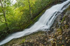Einer der vielen Wasserfälle durch die Crabtree-Fall-Spur lizenzfreies stockbild