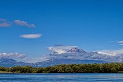 Einer der Vulkane von Kamchatka Vulkane von Kamchatka faszinieren Ihre Rätselhaftigkeit zieht viele Touristen an stockfotos
