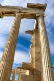 einer Ecke des Parthenons oben betrachten, der gegen einen intensiv blauen Himmel mit whispy Wolken repariert worden ist Stockfoto