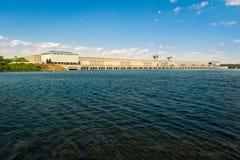 einer großen hydroelektrischen Verdammung und einem Kraftwerk herüber betrachten lizenzfreies stockfoto