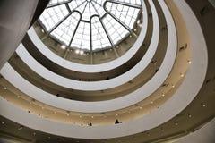 einer Haubendecke mit Kreismuster- und Kunstglasfenster zum Himmel oben betrachten Lizenzfreie Stockfotografie