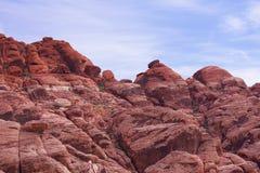 einer Klippe von gezackten, craggy Felsen mit einem blauen, bewölkten Himmel im Hintergrund aufwärts betrachten Roter Felsen, Nev Stockbild