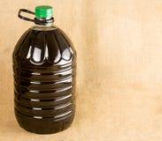 In einer schönen Flasche gekleidet mit Gewürzen stockfotografie