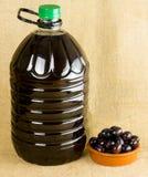 In einer schönen Flasche gekleidet mit Gewürzen lizenzfreies stockbild