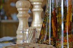 In einer schönen Flasche gekleidet mit Gewürzen Stockbilder
