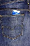 In einer Tasche fügten dunkelblaue Jeans Busfahrkarte ein lizenzfreie stockfotografie
