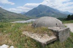 Einer vieler Kommunistisch-Ärabunker, welche die albanische Landschaft punktieren stockfotos