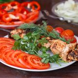 In einer weißen Platte ist Frischgemüse mit dem Fleisch, das auf dem GR gekocht wird lizenzfreie stockfotos