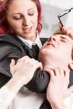 Eines Mannkollegen heftig missbrauchen der Frau lizenzfreies stockbild