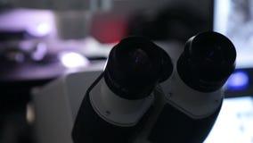 Einfügung der Probe in moderne Mikroskopnahaufnahmeferngläser stock video