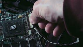 Einfügung des Steckers zum Motherboard stock footage