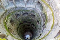 Einführung gut, Sintra, Quinta da Regaleira Altes gewundenes Treppenhaus Stockfotos
