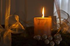 Einführungs-Kranz mit einer brennenden Kerze Lizenzfreie Stockfotografie