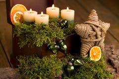 Einführungsanordnung mit Kerzenlicht auf Holz Stockfoto