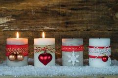 Einführungsdekoration mit zwei brennenden Kerzen Lizenzfreie Stockbilder