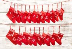 Einführungskalender 1-24 Roter Strumpf der Weihnachtsdekoration Stockfoto