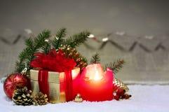 Einführungskerze mit Goldgeschenk- und -weihnachtsdekoration Stockbilder