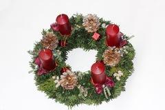 Einführungskranz mit karminroten roten Kerzen und silbernen funkelnden Kegeln Stockbilder
