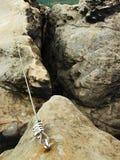 Einfach über ferrata im Sandsteinfelsen von Sachsen die Schweiz. Verdrehtes Seil des Eisens geregelt im Block Lizenzfreie Stockfotografie