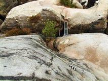 Einfach über ferrata im Sandsteinfelsen von Sachsen die Schweiz. Verdrehtes Seil des Eisens geregelt im Block Lizenzfreies Stockbild