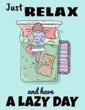 Einfach entspannen Sie sich und haben Sie einen faulen Tag M?dchen, das auf dem Bett sich entspannt Freiberufler mit Laptop, Pizz lizenzfreie abbildung