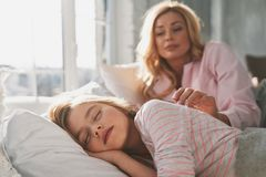 Einfach herum seiend Junge schöne Mutter, die ihr nettes s aufwacht stockfotos