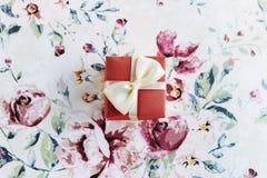 Einfache Überraschung wenig Kasten mit Bogen auf stilvollem Blumenpapier, ho stockbilder