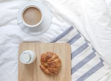 Einfache Arbeitsplatz- oder Kaffeepause am Morgen Cup heißer Kaffee Lizenzfreie Stockfotos