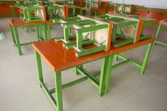 Einfache bewegliche orange und grüne Holztische und Stühle für die Anwendung in irgendwelchen Ereignissen des offenen Gebiets Das Stockfotos
