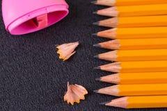 Einfache Bleistifte und ein rosa Bleistiftspitzer Lizenzfreies Stockfoto