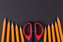 Einfache Bleistifte und Scheren Stockfotos
