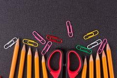 Einfache Bleistifte und Scheren Lizenzfreie Stockfotos