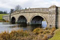 Einfache Brücke über einem Fluss in Oxfordshire Lizenzfreies Stockfoto
