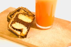 Einfache Frühstücksschokoladenrolle mit Karottensaft Stockbilder