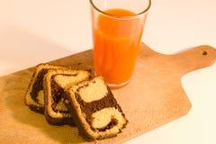 Einfache Frühstücksschokoladenrolle mit Karottensaft Stockfotografie
