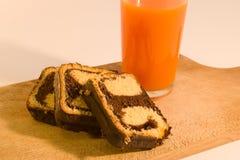 Einfache Frühstücksschokoladenrolle mit Karottensaft Stockfoto
