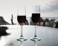 Einfache Freundschaftsfeier trinkt mit andaman Seehintergrund stockfotos