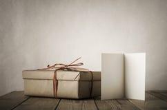 Einfache Geschenkbox und Karte auf Tabelle Lizenzfreies Stockbild