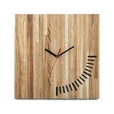 Einfache hölzerne Wanduhr - quadratische Uhr auf Weiß lizenzfreies stockfoto