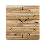 Einfache hölzerne Wanduhr - quadratische Uhr lokalisiert Stockbilder