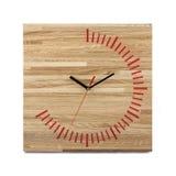 Einfache hölzerne Wanduhr - quadratische Uhr lokalisiert Lizenzfreie Stockfotografie