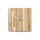 Einfache hölzerne Wanduhr - quadratische Uhr lokalisiert auf weißem backgr Stockfoto