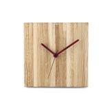 Einfache hölzerne Wanduhr - quadratische Uhr lokalisiert auf weißem backgr Stockfotos