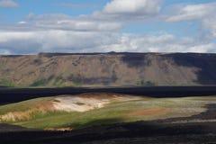 Einfache isländische Ebene mit Spuren von Lava von einer neuen Eruption lizenzfreies stockfoto