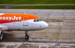 Einfache Jet Plane, die an Zürich-Flughafen mit einem Taxi fährt lizenzfreies stockfoto