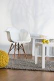 Einfache Möbel, die gute Atmosphäre errichten Stockfotos
